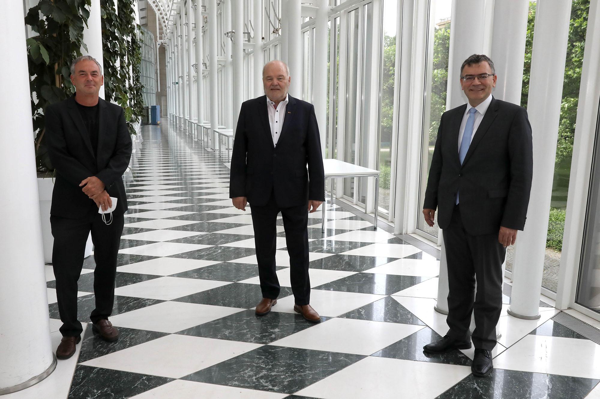Dirk Weinzierl (Geschäftsführer LIV), Albert Vetterl (Präsident und Landesinnungsmeister) sowie Staatsminister Dr. Florian Herrmann, MdL (v.l.) in der Staatskanzlei